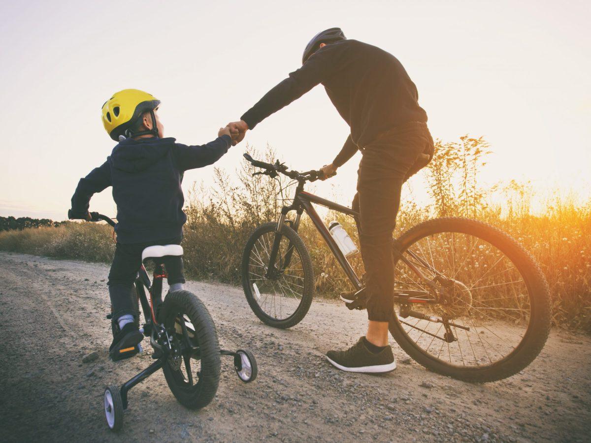 Los parques de Guilford y el Departamento de Bomberos de Pleasant Garden regalan 100 cascos de bicicleta gratis en el Rodeo de Bicicletas