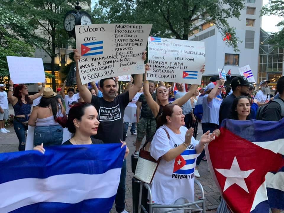 Alex Ramos y Jenny Duque de Charlotte, Carolina del Norte organizaron una manifestación pacífica en apoyo de los cubanos en la isla.
