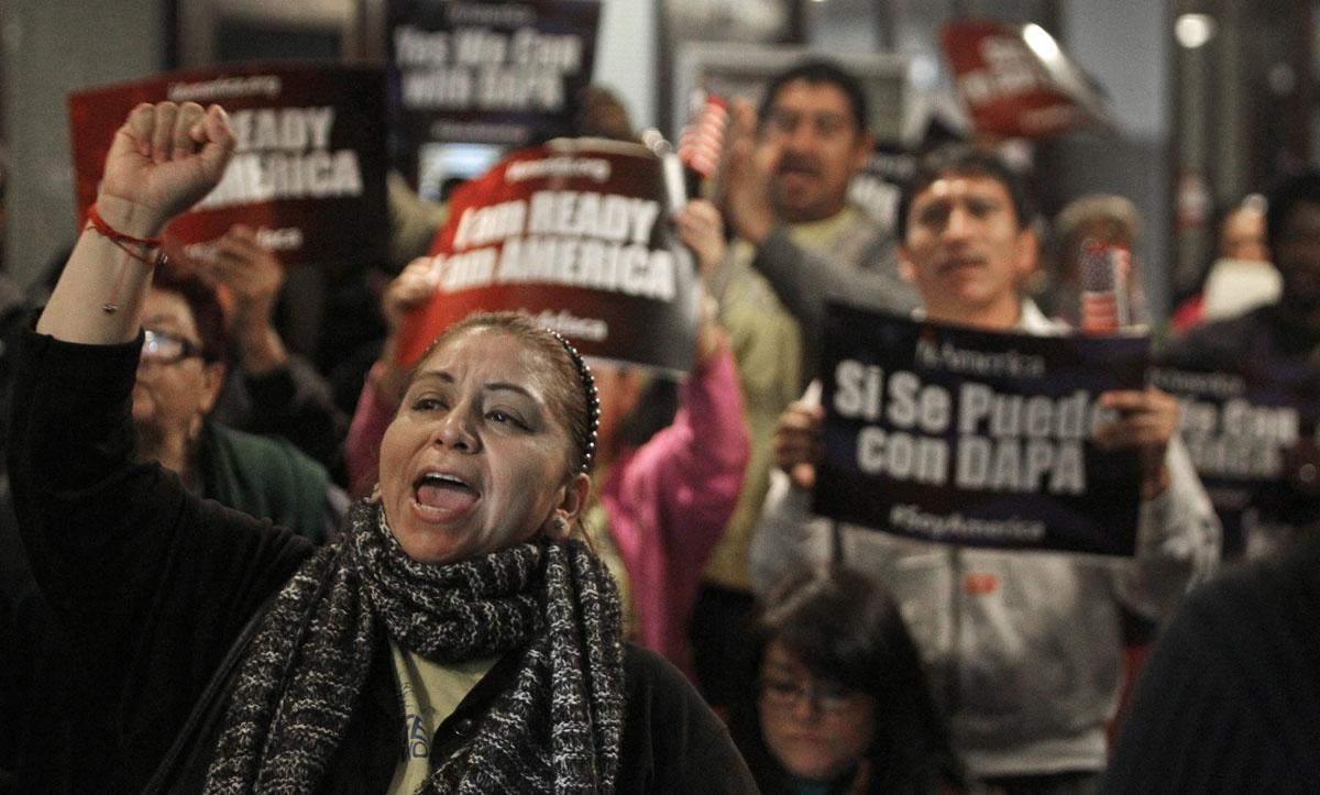 Juez prohíbe aprobar nuevas solicitudes de DACA