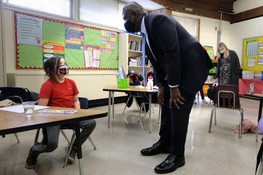 El superintendente de CMS, Earnest Winston, visita una escuela el 15 de febrero del 2021. Hoy, Winston recomendó el uso obligatorio de las mascarillas para el nuevo año lectivo. Foto Charlotte-Mecklenburg Schools / Nancy Pierce