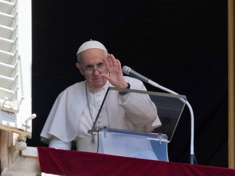 papa-reaparece-en-balcon-del-vaticano-tras-su-operacion