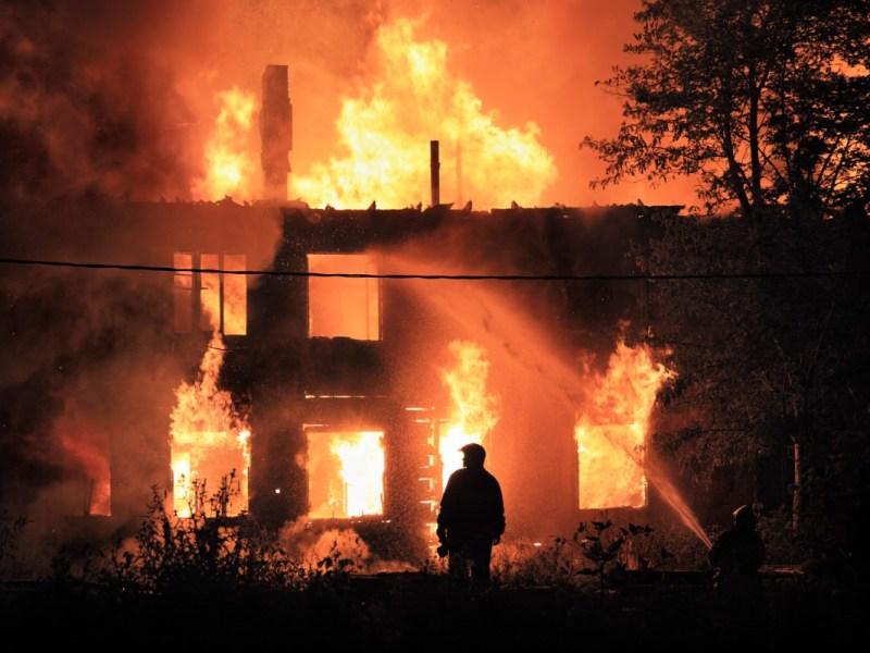Hombre acusado de iniciar fuego que mató a su madre en Carolina del Sur