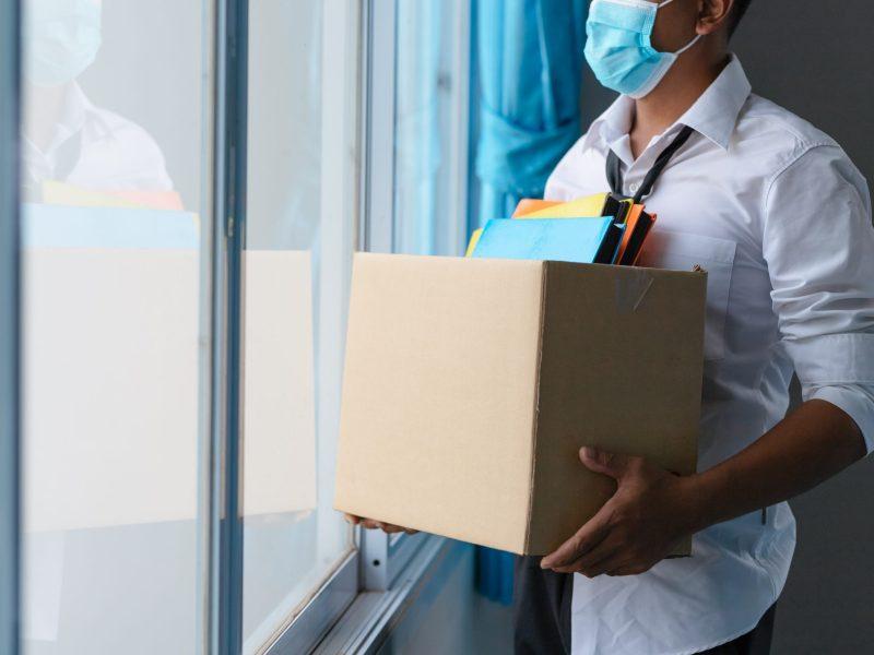 Si no quiere vacunarse después de que su empleador lo requiere, le pueden despedir y también negar los beneficios del desempleo. © tong2530 / Adobe Stock