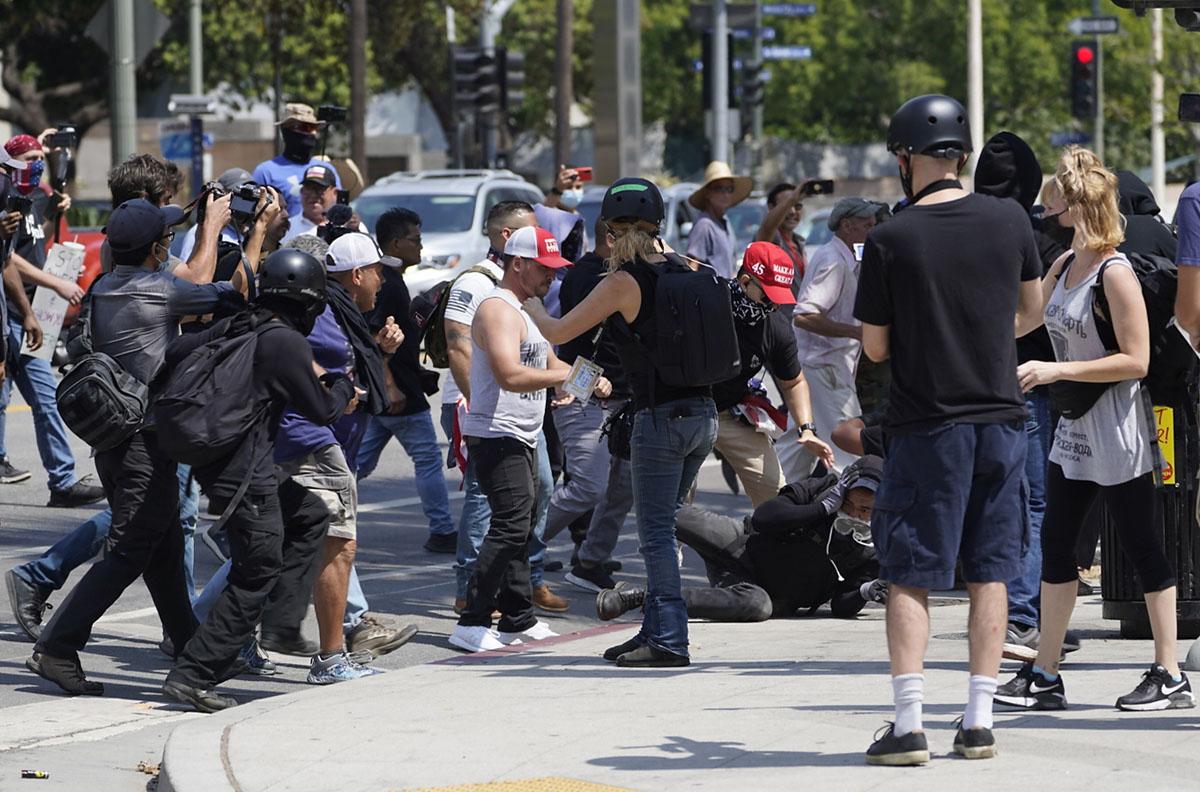 Apuñalan a un hombre en protesta antivacuna en Los Ángeles