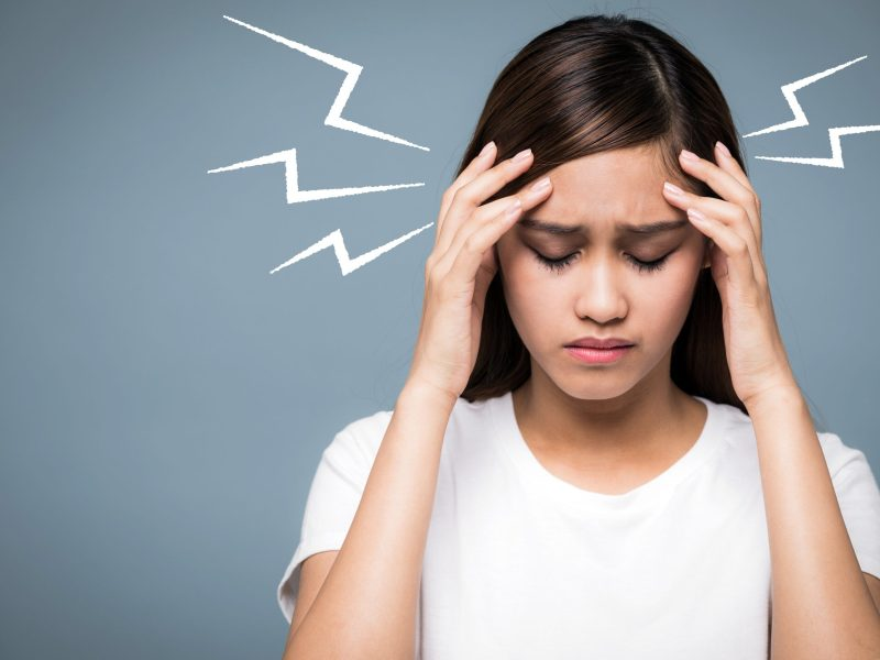 Se recomienda hacer algunos cambios que incluyan aprender a manejar el estrés, hacer ejercicio y dormir al menos 8 horas cada noche.