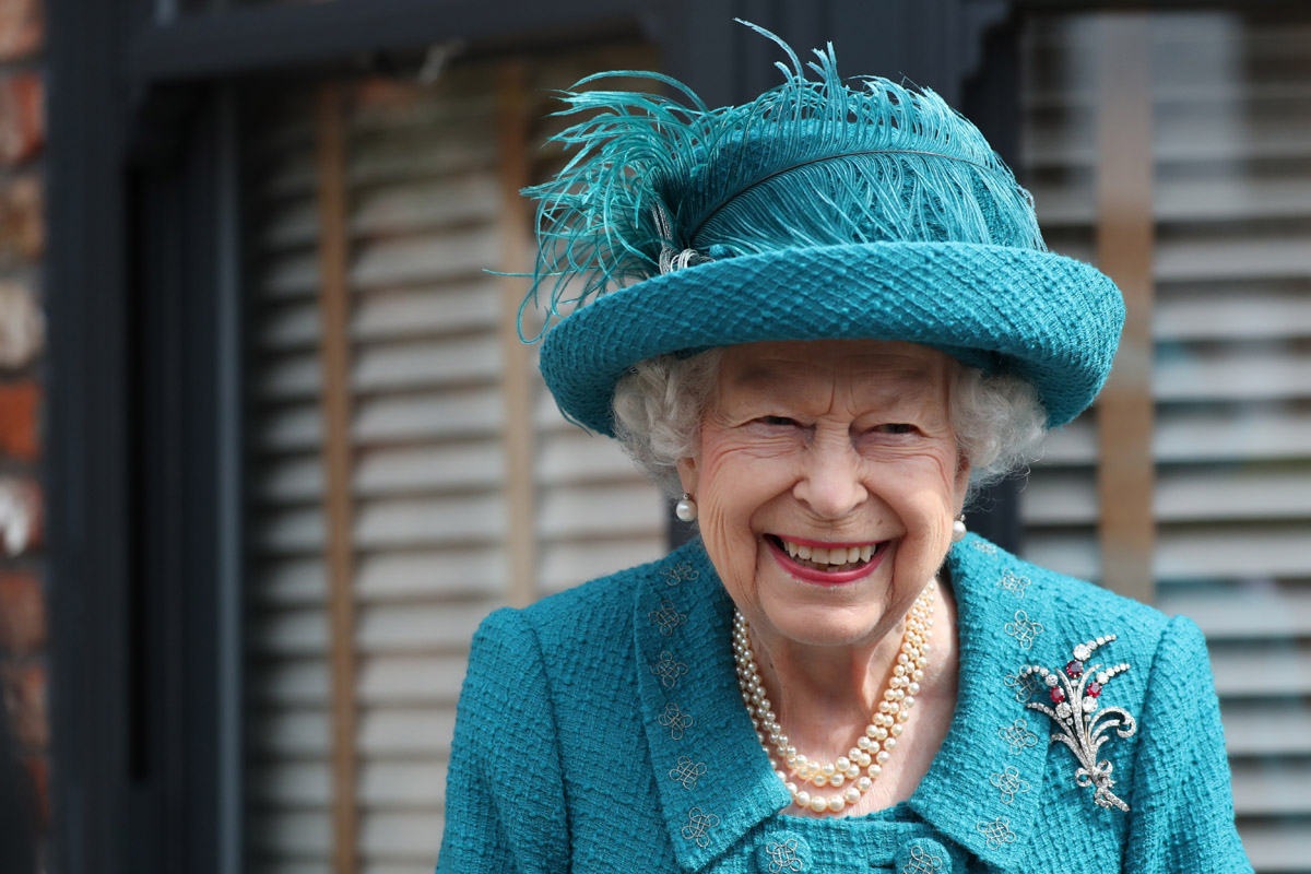 The Crown revela foto de Imelda Staunton como la Reina Isabel