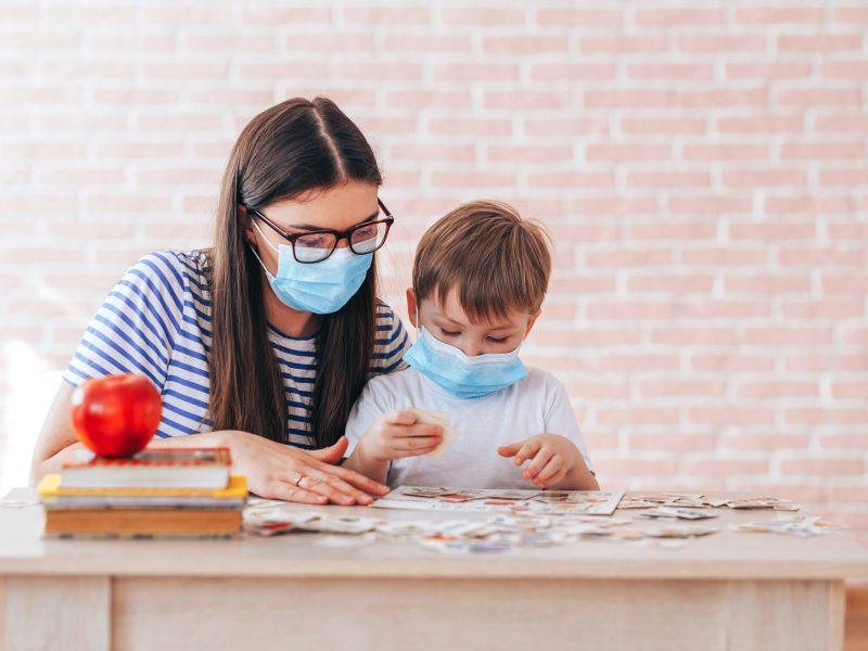 Las escuelas del sistema Henderson County Public Schools expande su requisito para el uso de mascarillas. © Anastassiya / Adobe Stock