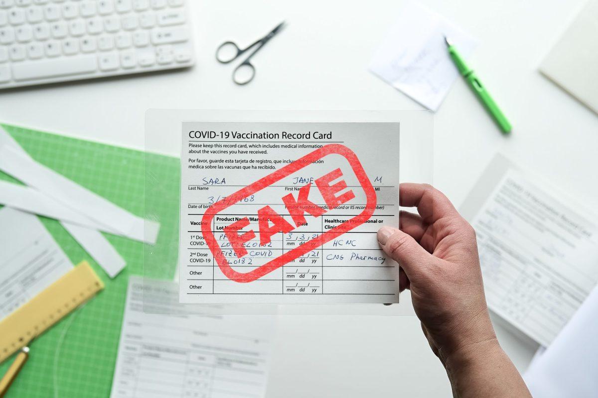 Advierten contra la compra de documentos falsos como tarjetas de vacunación de COVID-19 y resultados negativos. © tilialucida / Adobe Stock