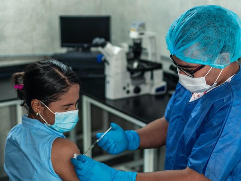 COVID-19: Casi medio millón de latinos están vacunados en Carolina del Norte