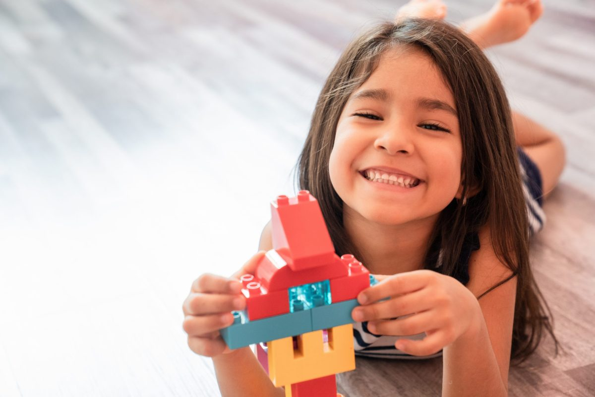 Es responsabilidad de los padres el poder proveerle a los hijos una variedad de espacios de juego. © Adobe Stock