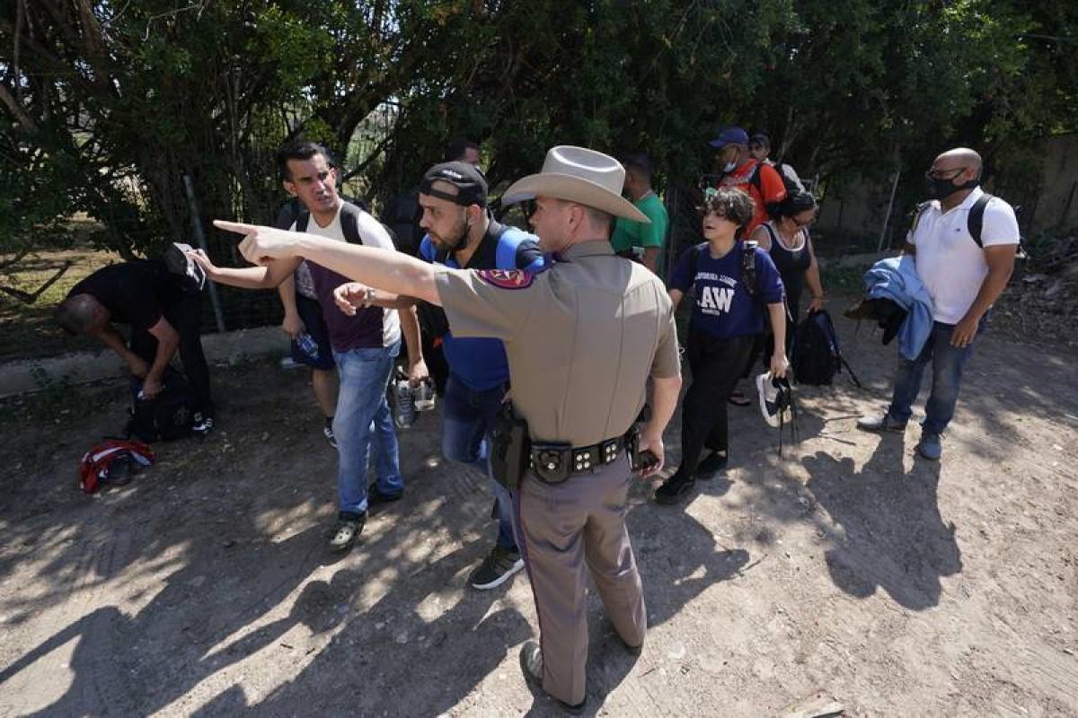 detienen latinos pasaportes falsos Texas