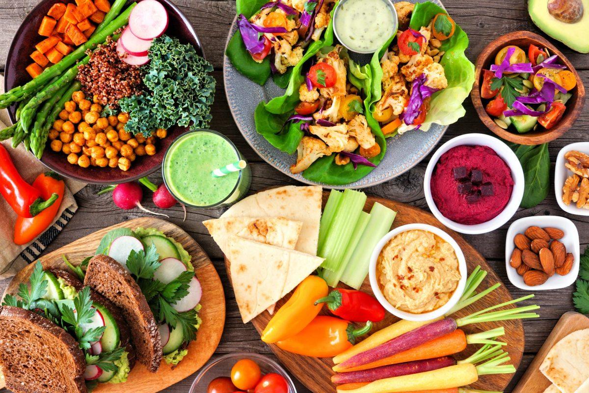 Aquellos que consumen una dieta basada en plantas reducen su riesgo de enfermedades cardíacas, diabetes tipo 2, obesidad y otras afecciones de salud, muchas de las cuales afectan a los latinos de forma desproporcionada. Foto: Jenifoto / Adobe Stock