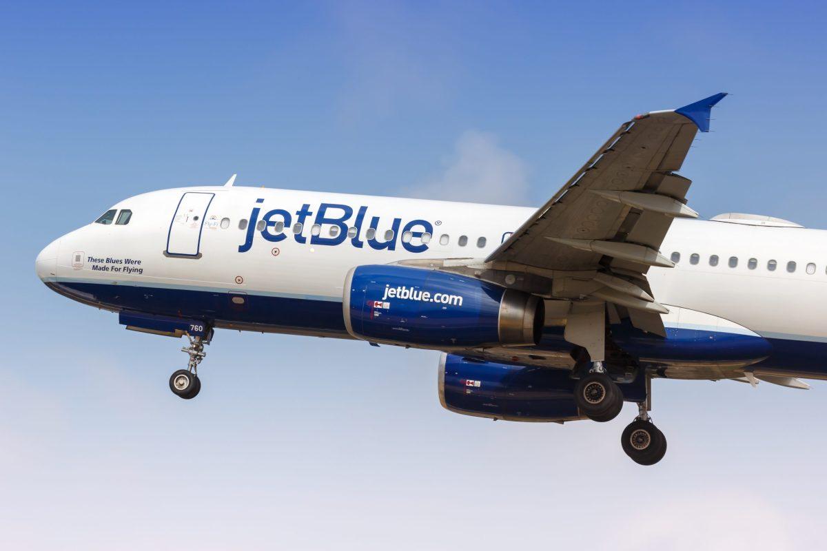 terror-en-jetblue-pasajero-casi-asfixio-a-auxiliar-con-su-corbata-por-impedirle-entrar-a-cabina