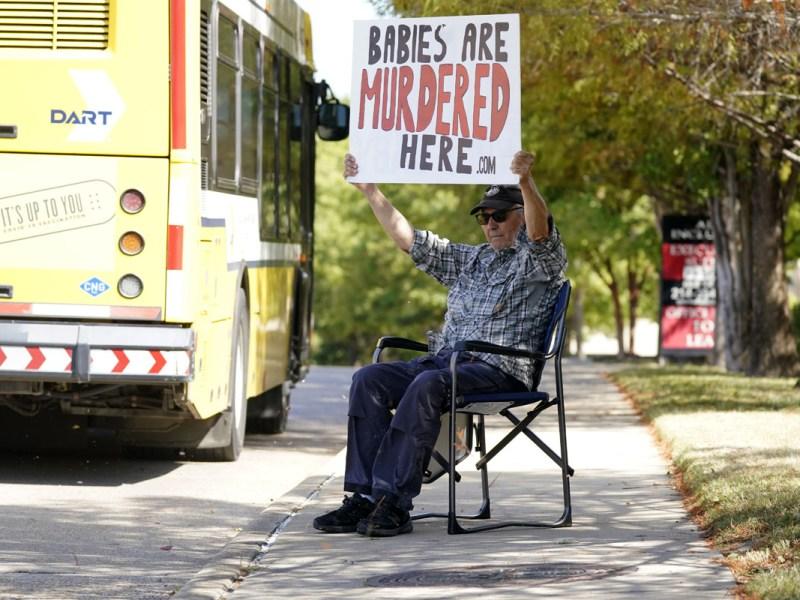 Corte ordena reinstaurar ley contra abortos en Texas