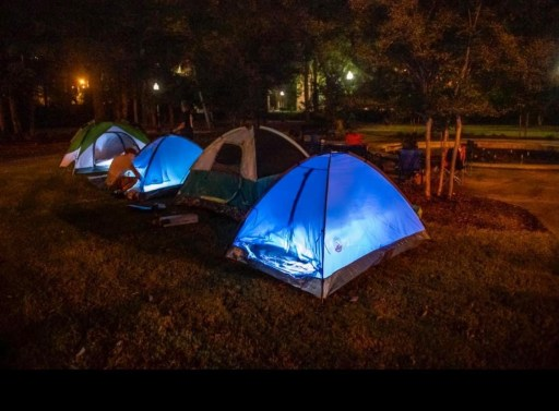 Junto con Stop Evictions Network, residentes de Fayetteville organizaron manifestaciones donde dormían en carpas para destacar la conexión entre los desalojos y la falta de vivienda. Foto vía Stop Evictions Network