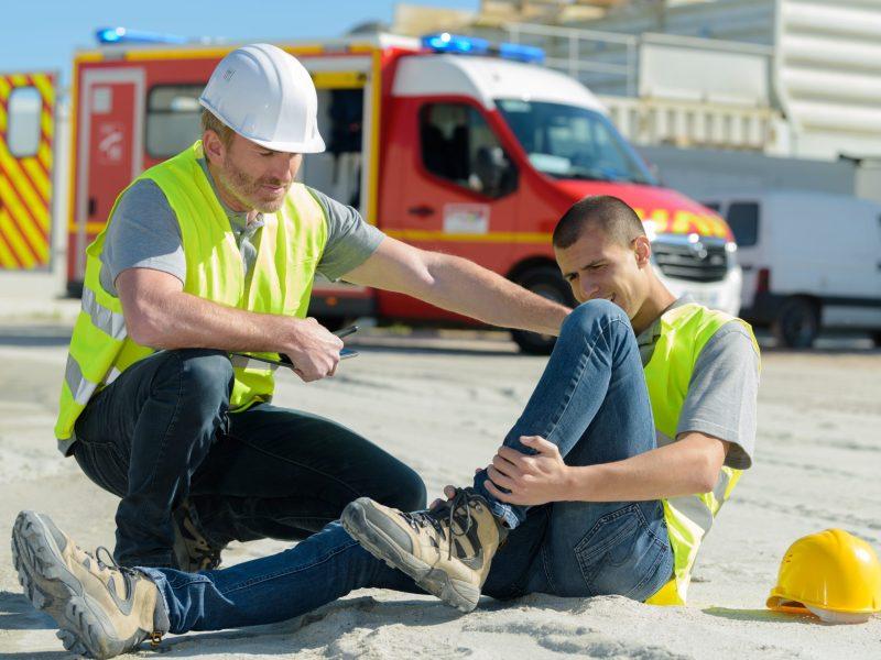 Si se lesionó en el trabajo, el empleado tiene derecho a beneficios de compensación por accidente laboral. Estos ayudarán a cubrir las facturas médicas, salarios no percibidos durante su recuperación y otras necesidades. Foto: Auremar / Adobe Stock.