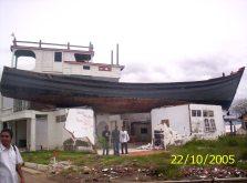 Kapal yang terhempas diatas rumah karena Tsunami