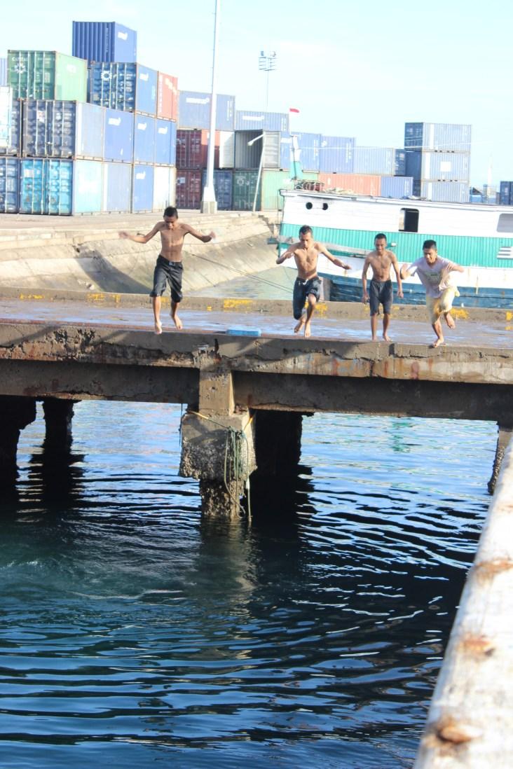 Lompat ke laut