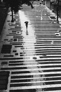 claroscuro-de-calle-mojada-desde-arriba-001