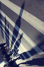 gentes-cruzan-paso-de-cebra-con-largas-sombras-en-oblicuo-001