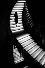mujer-bajando-escalera-en-claroscuro-001