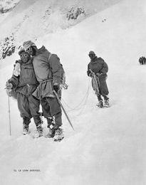 Terray ciego apoyado por un sherpa
