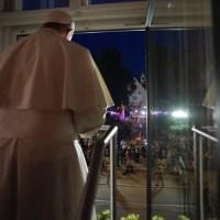 Saludo a los fieles desde la ventana del Arzobispado de Cracovia