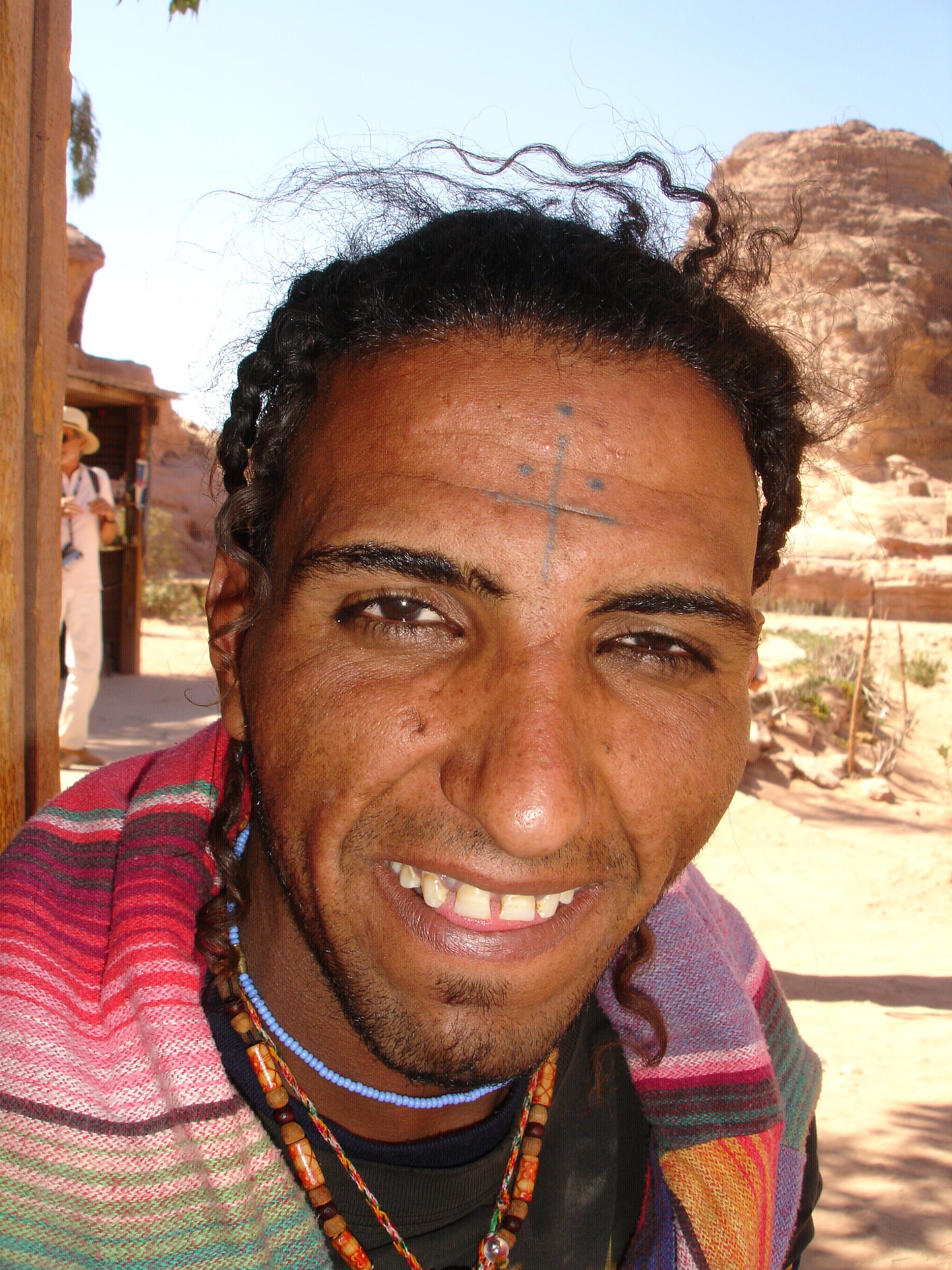 """Salem es beduino, fumeta y escalador. Lleva una tatuaje en la cabeza """"para la suerte"""". Falta le hace. El tio, de resca de boda, se dedica a subira los monumentos a pelo y a saltar entre ellos. Ah, también tiene un grupo de break dance con otros beduinos."""