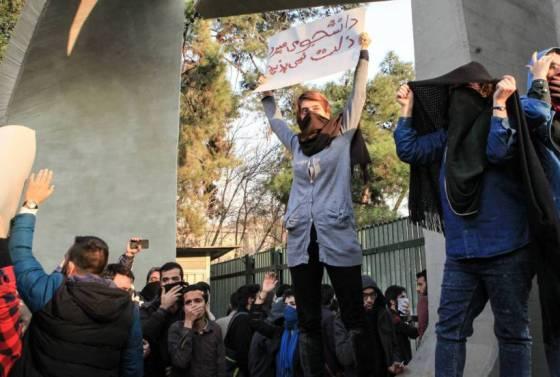 despues-de-6-dias-continuan-las-protestas-en-iran-con-un-saldo-de-21-muertos-y-cientos-de-detenidos