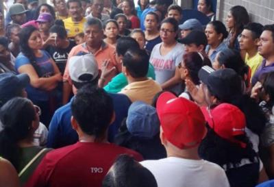 Miles de empleados públicos fueron despedidos en Ecuador