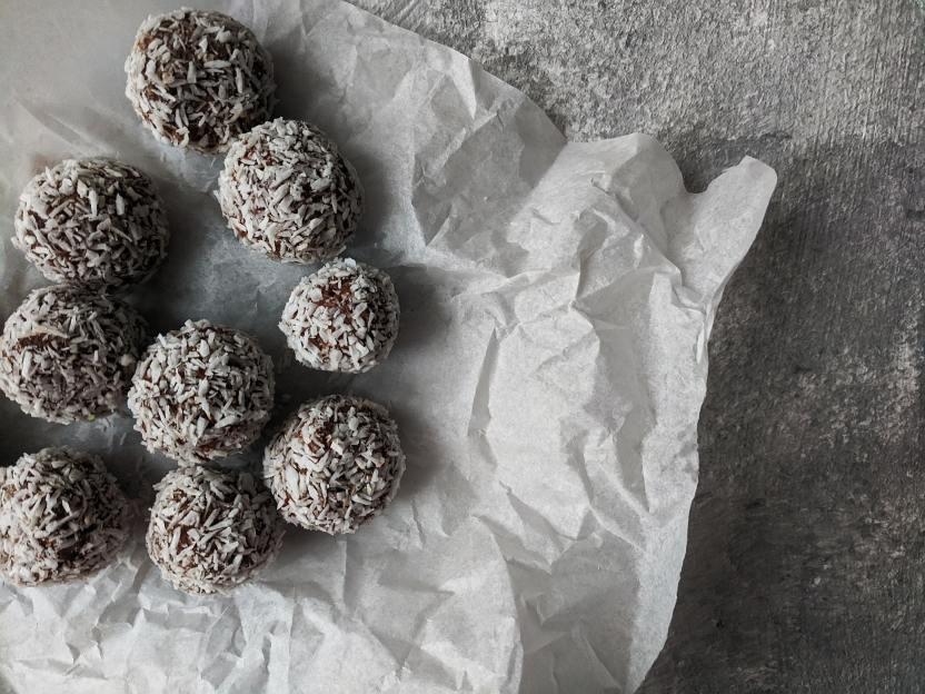 Bolas de chocolate mani Asya Vlasova en Pexels - Proteínas, fibra y antioxidantes en unas bolitas de mantequilla de maní