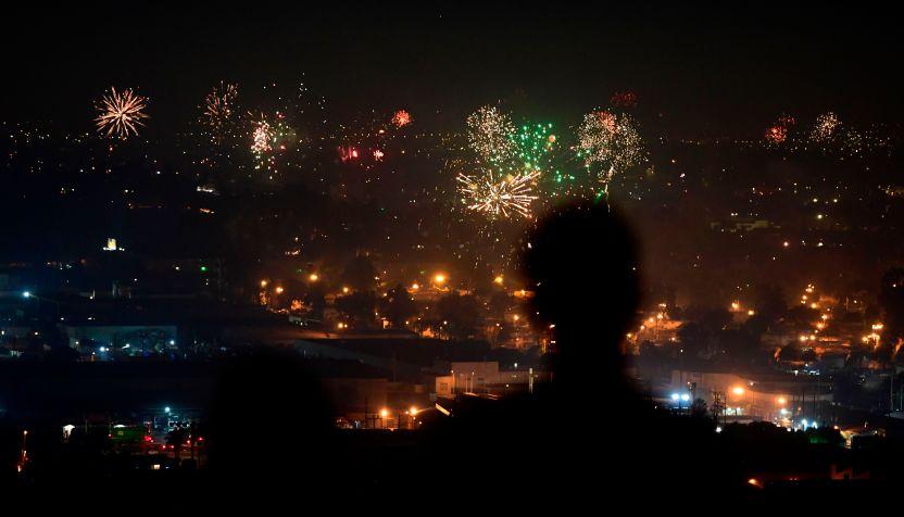GettyImages 1224873167 - VIDEOS: El Año Nuevo se festejó en Los Ángeles con juegos pirotécnicos ilegales