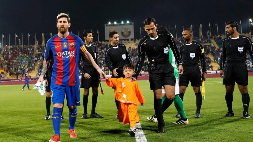 """Murtaza cumplio su sueno de conocer a Messi - """"Mejor hubiera conocido a Ronaldo"""": La terrible vida de un niño afgano tras conocer a Leo Messi"""