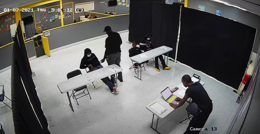 guardia seguridad escuela pompano beach - Un guardia de seguridad da una paliza a un estudiante en una escuela de Florida