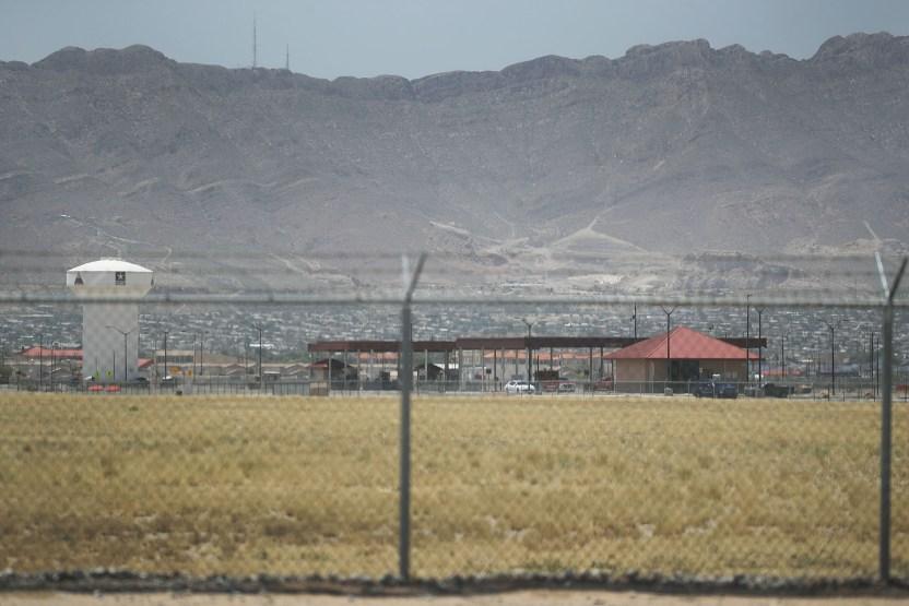 """GettyImages 983824244 - Los niños inmigrantes sufren """"desesperación y aislamiento"""" en un campamento en el desierto de Texas"""