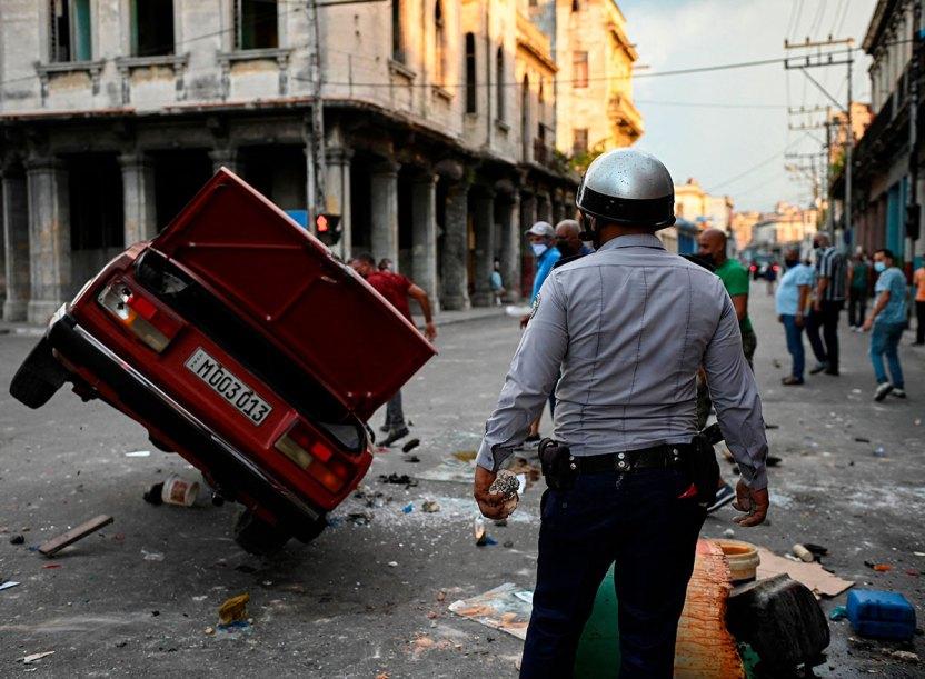 GettyImages 1233932886 - Cuba llega a su cuarto día de tensión social con un muerto, decenas de detenidos y sin servicio de internet