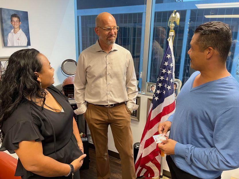 Roque - 'Aún no lo puedo creer', dice inmigrante al recibir su residencia tras 21 años de vivir en las sombras