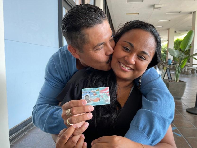 RoqueNavarro - 'Aún no lo puedo creer', dice inmigrante al recibir su residencia tras 21 años de vivir en las sombras
