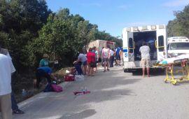 Mueren 12 personas en volcadura en carretera; FGE investiga causas