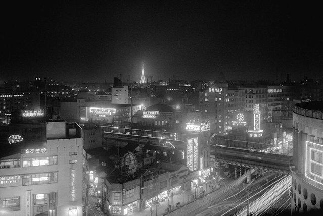 Sepuluh ribu blitz foto menyalakan sebuah stasiun TV baru dan menara di Tokyo pada 26 Maret 1955, yang disebut sebagai kilatan blitz terbesar di dunia. Radio Tokyo, dalam koneksinya dengan sebuah perusahaan lampu blitz lokal, meledakkan 10.000 lampu tersebut pada antena baru setinggi 158 meter yang dimilikinya, untuk mengingatkan warga Tokyo bahwa mereka akan mengudara pada tanggal 1 April. (Photo by AP Photo via The Atlantic)