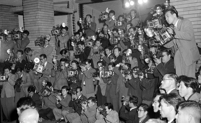 Empat puluh lima fotografer mengabadikan foto kabinet Jepang terbaru di kediaman dinas Perdana Menteri di Tokyo, 17 Desember 1954. Sebuah surat kabar di Jepang biasanya menugaskan tiga atau empat fotografer untuk bisa menangkap gambar sebuah peristiwa dari semua sudut pandang yang dimungkinan. (Photo by AP Photo via The Atlantic)