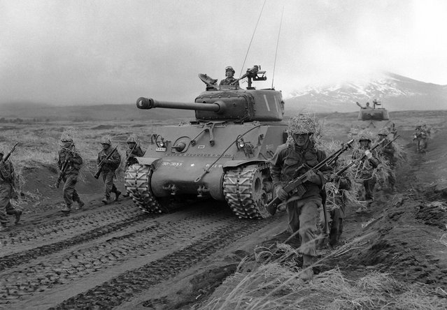 Dulunya musuh, sekarang menjadi sekutu. Ini benar-benar terbukti dalam sebuah latihan perang oleh pasukan relawan Jepang di Sekolah Angkatan Darat Fuji di luar Tokyo, pada 15 Mei 1957. Dipersenjatai oleh senjata yang dibuat oleh Amerika dan didukung oleh tank yang disuplai oleh Amerika, para tentara ini adalah bagian dari 160.000 pasukan darat, laut dan udara yang sedang berada dalam pelatihan intensif untuk keperluan bela diri Jepang. (Photo by George Sweers/AP Photo via The Atlantic)