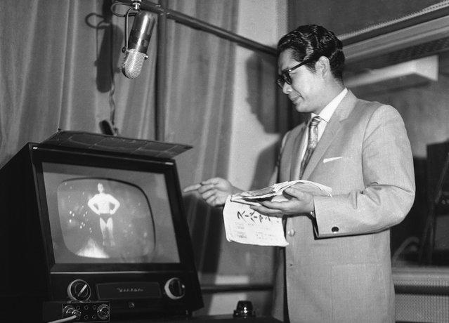 "Tooru Ohira, pengisi suara ""Superman"" dalam bahasa Jepang. Menonton sang aktor George Reeves secara seksama selagi dia mengisi suara untuk acara tersebut, pada 7 Juli 1959. Semua orang Jepang terkesan dengan televisi, tidak terkecuali sang Kaisar. Sekitar 99 persen acara di TV Jepang pada masa itu adalah dari Amerika, termasuk ""Superman"" yang merupakan acara favorit sang Kaisar Jepang. (Photo by AP Photo via The Atlantic)"