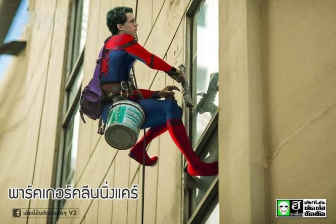 3. Spiderman kerja jadi tukang cat gedung