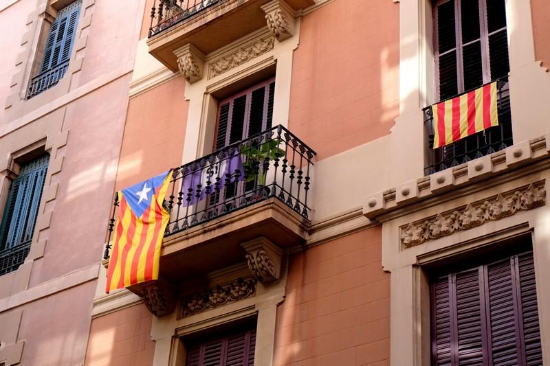 Le drapeau catalan à une fenêtre