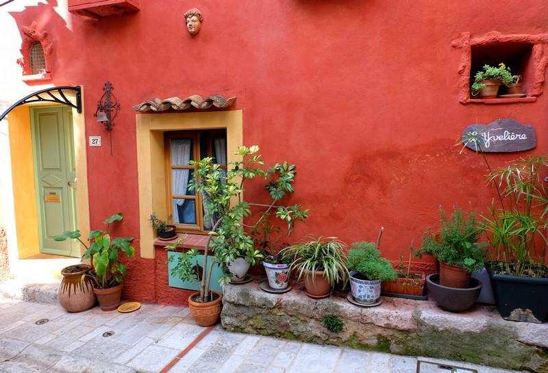 Façade colorée d'une maison à Aspremont