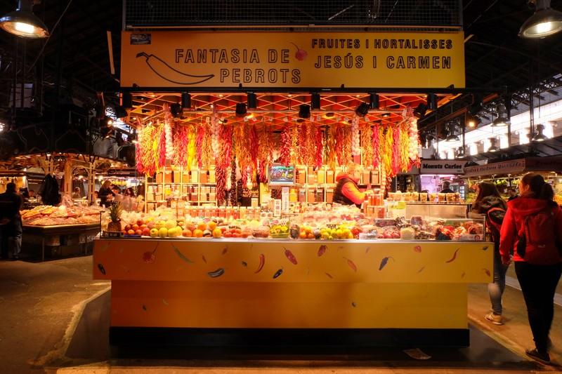 Un marchand à la boqueria de Barcelone