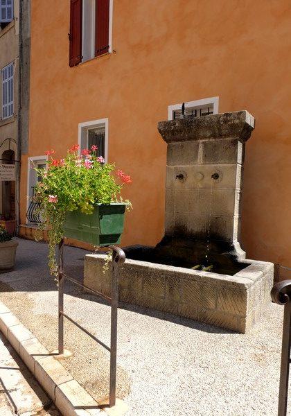 Une fontaine dans le village d'Annot