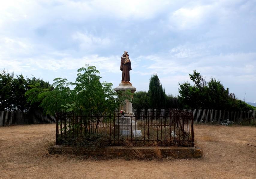 Statue de moine sur l'Île Saint-Honorat