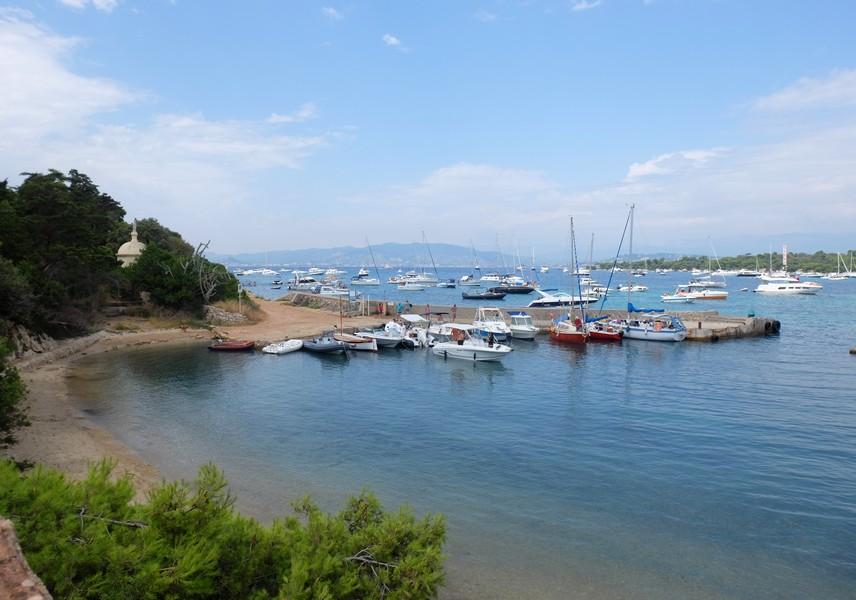 La plage du port sur l'Île Saint-Honorat